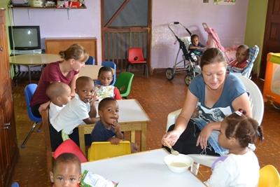 Projects Abroad志工參與牙買加項目協助照顧當地的孩子