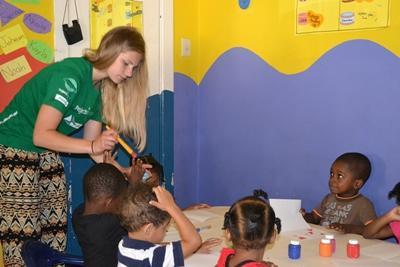 Projects Abroad關愛志工在牙買加的日間關愛中心協助孩子繪畫