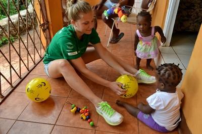 Projects Abroad志工到訪牙買加的社區關愛機構與當地的孩子玩遊戲