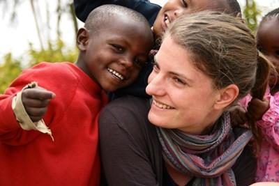 女志工在幼兒園向肯雅男孩展露笑容