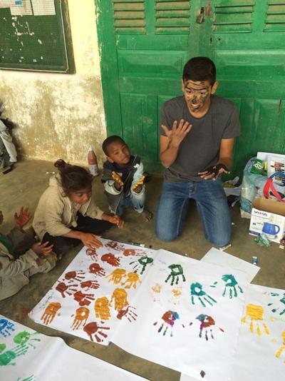 Projects Abroad關愛志工陪伴馬達加斯加學校的孩子在室外玩遊戲