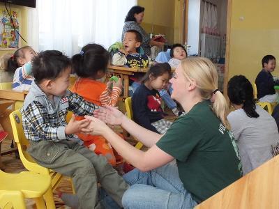 小男孩高興地和蒙古的關愛志工玩遊戲