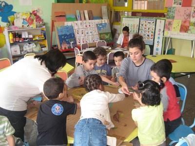 志工在摩洛哥的兒童關愛中心服務,帶領孩子參與遊戲活動