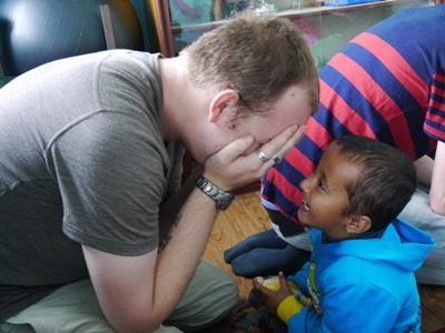 志工在尼泊爾樂於跟孩子玩遊戲