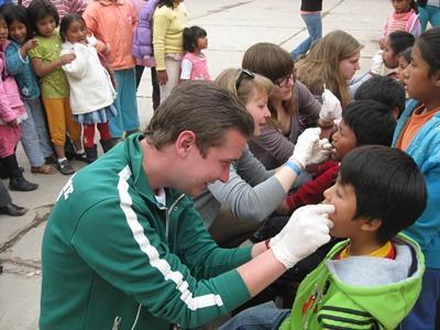 關愛項目志工在秘魯的兒童關愛中心為孩子進行牙齒檢查