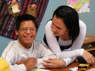 女志工在秘魯的特殊照顧中心服務