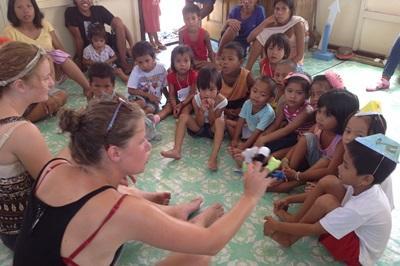 志工和孩子們在菲律賓的關愛機構進行早會,開始一天的活動