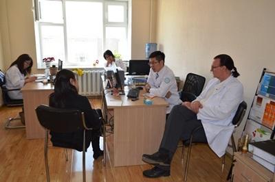 病人到一所健康護理中心準時約見專業的心理學家,攝於亞洲蒙古