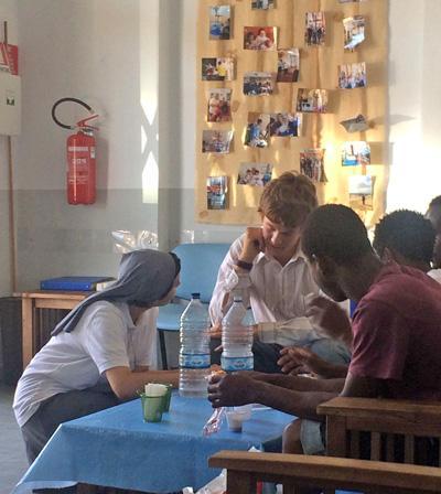 Projects Abroad難民授助項目志工跟意大利的難民和新移民進行討論