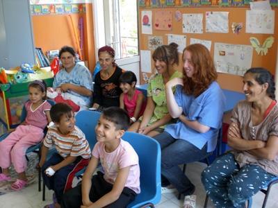 志工參與羅馬尼亞關愛項目在孤兒院帶領孩子和員工參與課堂