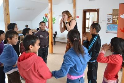 Projects Abroad志工在服務的羅馬尼亞關愛機構參與教學遊戲