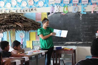 Projects Abroa薩摩亞志工於關愛機構在孩子面前大聲朗讀故事