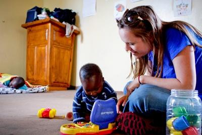 南非關愛項目志工在孤兒院陪伴孩子玩玩具