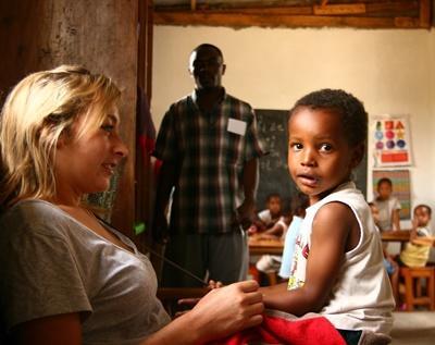 志工在坦桑尼亞關愛中心跟年幼男孩玩遊戲