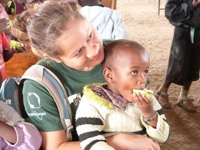Project Abroad志工在坦桑尼亞幼兒園照顧男童