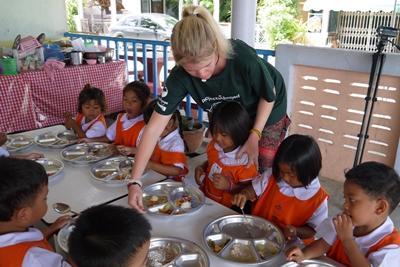 關愛志工全面協助照顧孩子們,包括午飯時間幫忙餵食