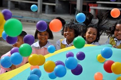泰國孩子在志工服務的關愛機構玩樂中