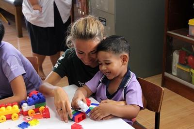 關愛中心的泰國兒童享受跟志工堆積木的歡樂時光