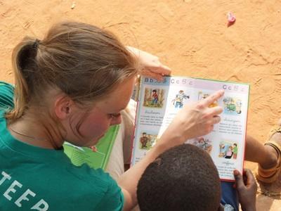 關愛項目外展活動,Projects Abroad志工與多哥兒童一起進行閱讀練習