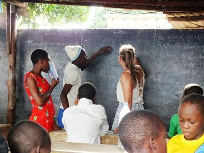 Projects Abroad志工在多哥的孤兒院指導當地的青年人完成家課