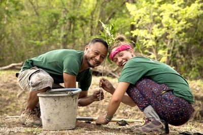 Projects Abroad volunteer works with staff member on a reforestation project in Costa Rica