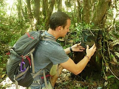 尼泊爾環保項目志工對樹木種類進行普查