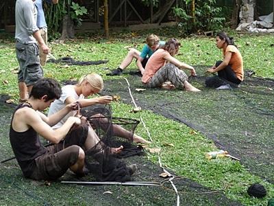 志工在秘魯亞馬遜雨林裡參與環保工作
