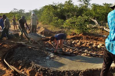 Projects Abroad灌木林環境保護項目志工在博茨瓦納Wild at Tuli的野生保護觀賞區幫忙興建水窪