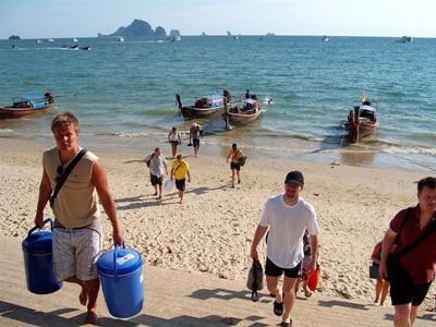 間隔年學生參與泰國環保項目進行海灘清潔