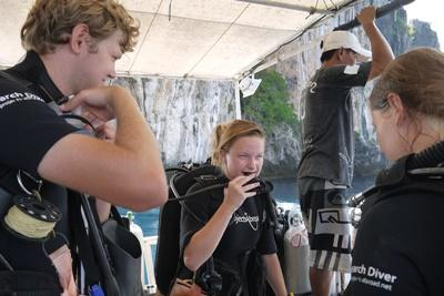 Projects Abroad環保志工在泰國準備進行潛水活動