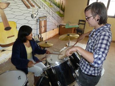 玻利維亞女孩在志工的幫助下學習如何演契樂器