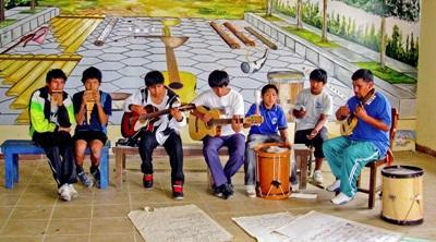 玻利維亞的孩子在藝術志工帶領的音樂課裡組成一個樂隊
