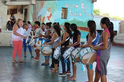 厄瓜多爾青年接受Projects Abroad志工的音樂課指導