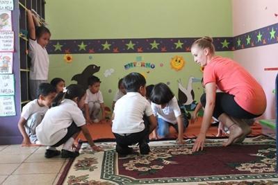 厄瓜多爾幼童參與由創意藝術項目志工講課的舞蹈課