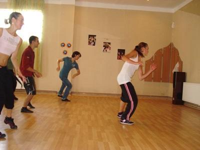 羅馬尼亞志工參與創意藝術項目負責舞蹈課的教學工作