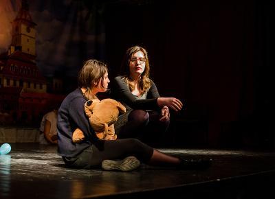兩名羅馬尼亞學生在舞台上的戲劇演出
