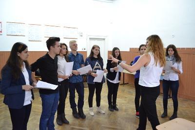一群歐洲羅馬尼亞青年專注聽取戲劇志工教師的指導
