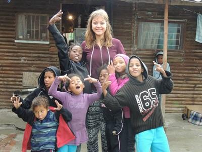 一群在南非黑人城鎮的孩子們與女志工愉快的相處時光