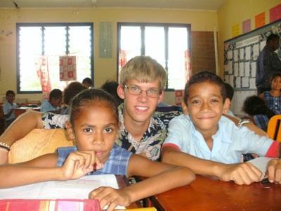 志工在斐濟學校幫助當地學生