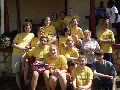 一群志工參與牙買加的文化及社區項目