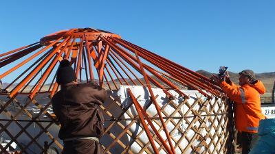 一名蒙古游牧族男生在志工幫助下,順利在蒙古大草原上蓋一個新的蒙古包