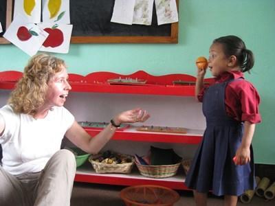 一名兒童與Projects Abroad志工在尼泊爾學校一起玩耍