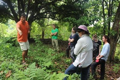 志工在厄瓜多爾的加拉帕戈斯群島協助保護瀕危的植物物種
