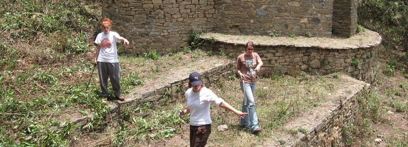 高中生志工在海外的考古場地工作