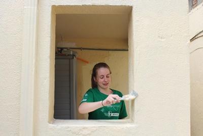 青年志工參與墨西哥建設項目,幫忙塗漆翻新為房屋換一個新形象