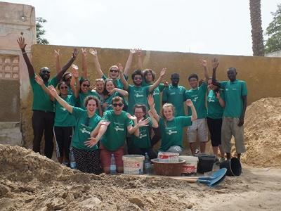 高中生志工在非洲塞內加爾的建設項目工地幫忙
