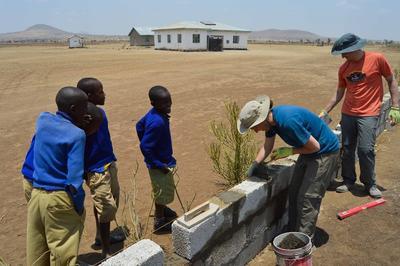 建設志工營的學生在坦桑尼亞幫忙興建課室