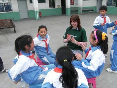 高中生志工參與中國社區關愛工作在上課小息期間與孩子一起玩遊戲