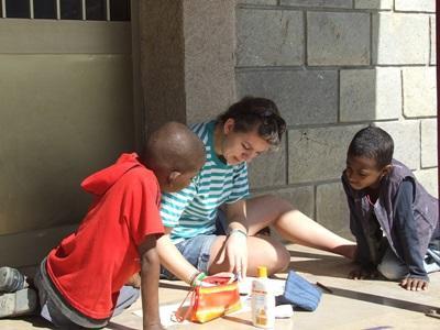 青年志工參與埃塞俄比亞社區關愛項目在關愛中心跟孩子一起填色繪畫