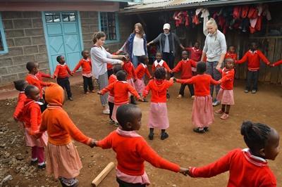 Projects Abroad高中生志工在非洲肯雅的關愛機構門外與孩子一起玩遊戲